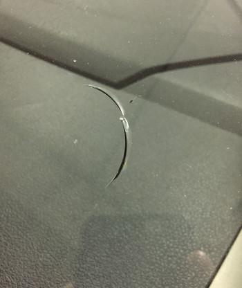 Трещины на лобовом стекле авто
